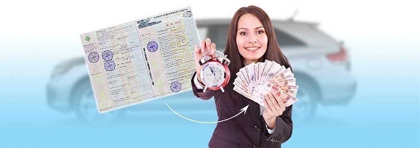девушка держит будильник и деньги