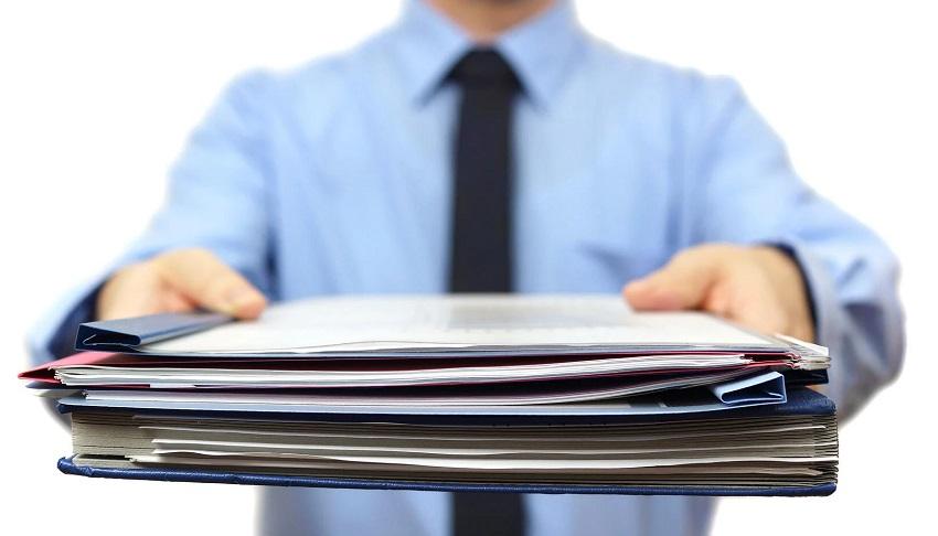 документы в руках у мужчины