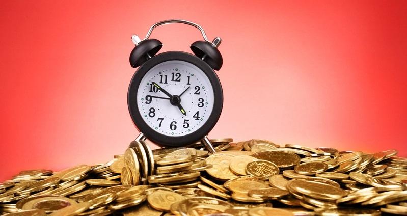Часы и много монет