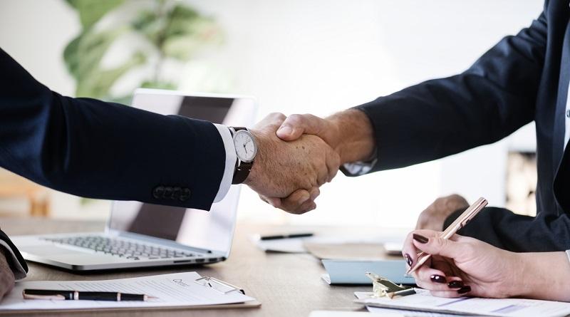 Два человека пожали руки